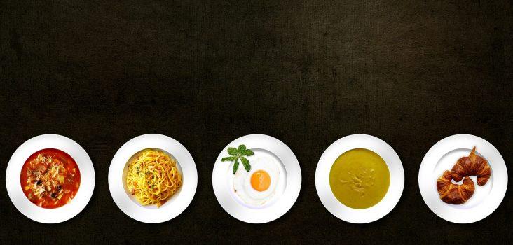 Teller mit verschiedenen Speisen