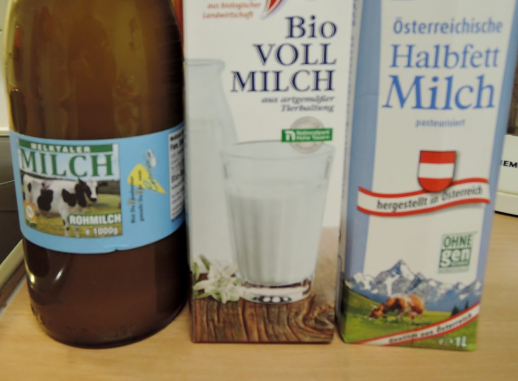 Je ein Litergefäß mit Rohmilch, Vollmilch und Halbfettmilch
