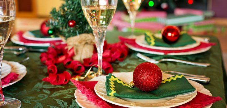 Festlich gedeckte Weihnachtstafel