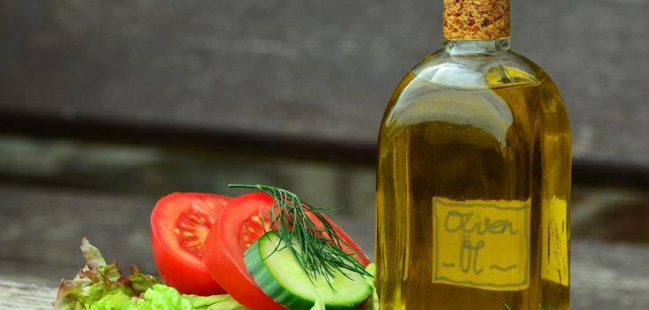 Olivenölflasche mit Salat