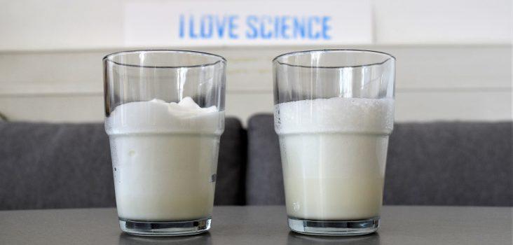Zwei Gläser mit Kaffee und Milchschaum