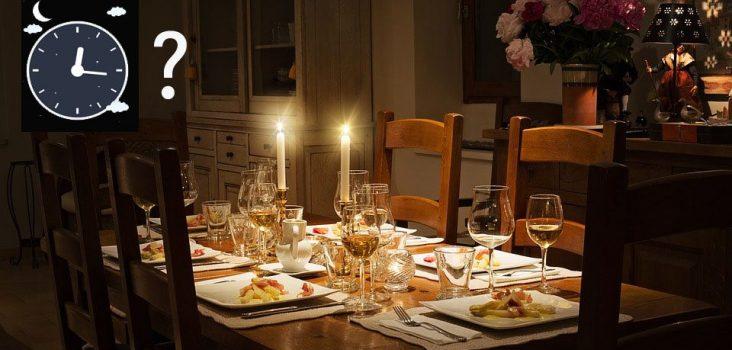 Spätes Essen: Tisch mit Kerze und Uhr
