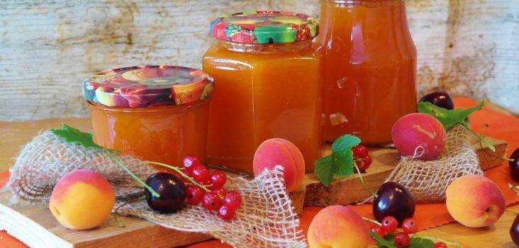 Selbsteingekochte Marmelade in Gläsern