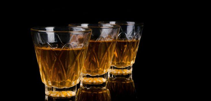 Drei Gläser mit Alkohol