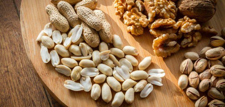 Nüsse auf Holzbrett
