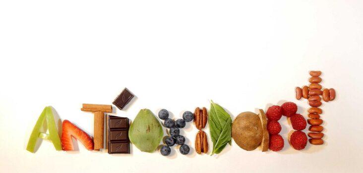 Das Wort Antioxidant aus Buchstaben aus Obst und Gemüse