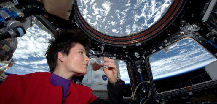 Astronaut mit Nahrung