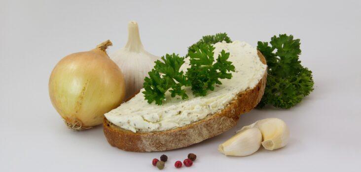 Brot mit Frischkäse, Zwiebel und Kräutern