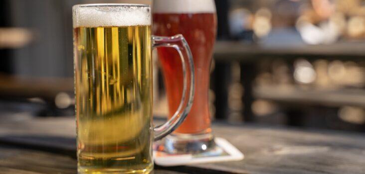 Zwei Gläser mit Bier, welches einen Bierbauch verursachen soll