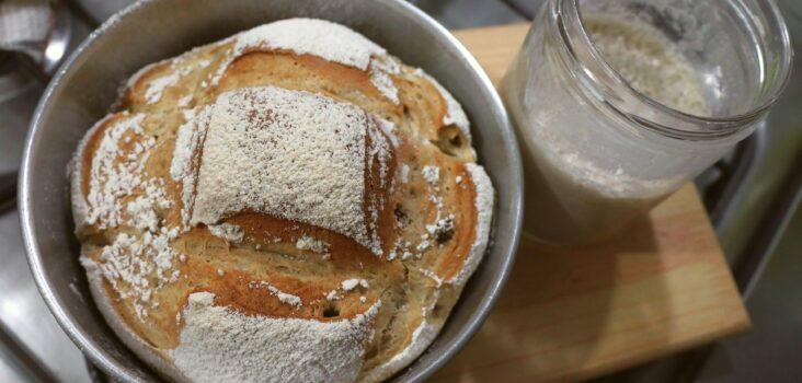 Brot aus Sauerteig in Schüssel